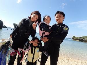 沖縄シュノーケリング幼児と海遊び