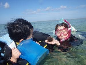 沖縄子供とシュノーケリングウニ緒発見