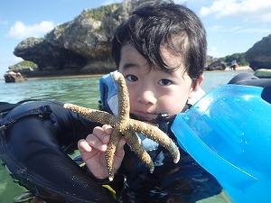 沖縄シュノーケリング子供とヒトデ
