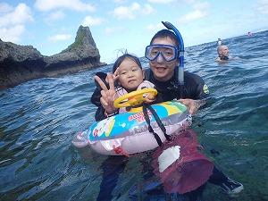 沖縄シュノーケリング3歳とパパ