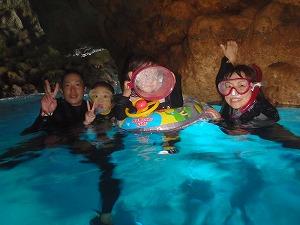 青の洞窟シュノーケリング家族