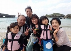 3世代家族2歳、4歳、73歳お父さん、お母さんでシュノーケリングで海デビュー