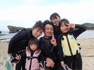 幼児の子供とシュノーケリング沖縄の綺麗な海を満喫