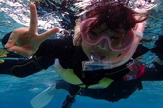 子供のシュノーケリング水中写真