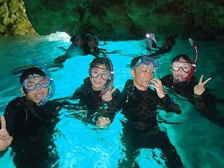 学生旅行で青の洞窟シュノーケリング