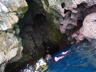 シュノーケリング洞窟前