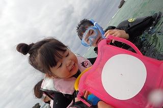子供専用ののぞきめがねで水中観察 家族でシュノーケリング