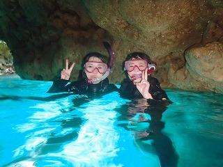 青の洞窟シュノーケリング 光る洞窟の中で記念撮影