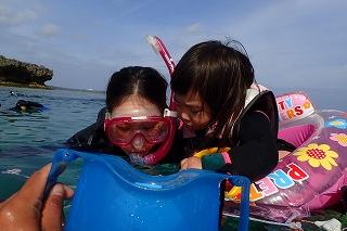 沖縄シュノーケリングお母さんとお魚観察
