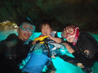 青の洞窟2歳シュノーケリング水面写真