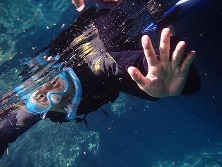 青の洞窟シュノーケリング人物写真