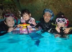 2歳、4歳の子供と青の洞窟シュノーケリング