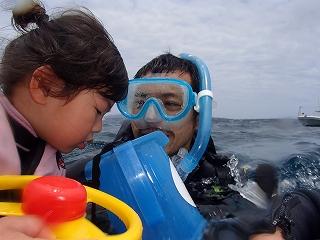 3歳の子供とお父さんで水中観察