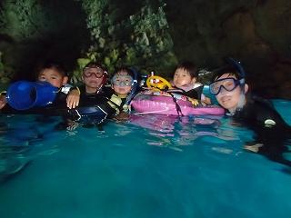 幼児の子供と青の洞窟シュノーケリング