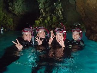 女子四人シュノーケリングで青の洞窟