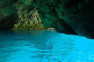 神秘的な青の洞窟にシュノーケリングで行く