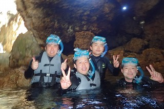 青の洞窟の奥までシュノーケリングで探検