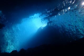水中からみた青の洞窟 すもぐり シュノーケリング