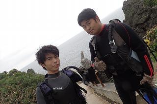 男二人ダイビング