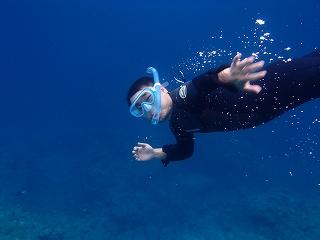 シュノーケリングでパパ泳ぎます