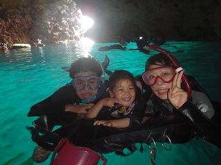 シュノーケリングで青の洞窟家族写真