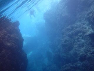 シュノーケリングで青の洞窟出たところ