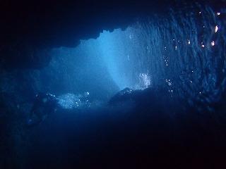 シュノーケリング 洞窟の中から