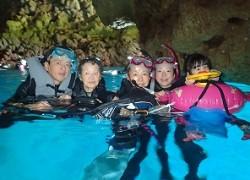 4世代家族と青の洞窟シュノーケリング