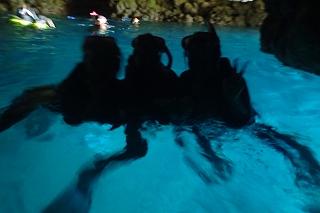青の洞窟綺麗に光るシュノーケリング