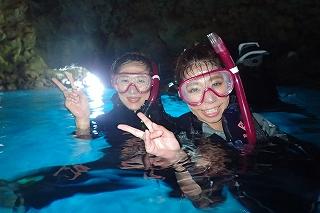 青の洞窟シュノーケリング 洞窟の中で記念写真