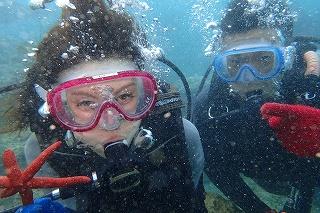 沖縄ダイビング 水中で記念写真
